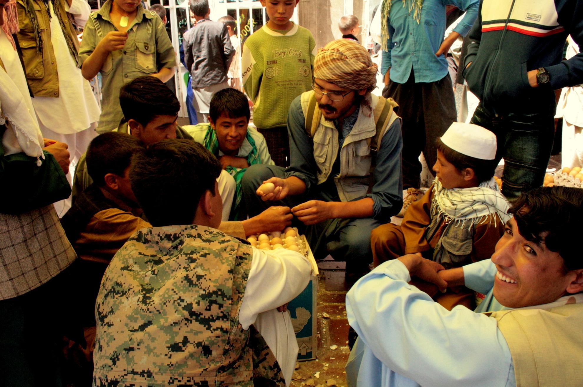 Den drabelige kamp om æg er i gang. Foto: Tahir Bakhtiary 2013