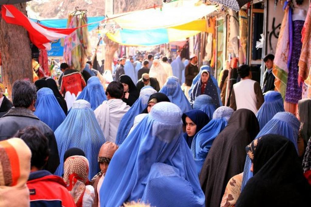 Selv efter Talibans fald bærer de fleste afghankse kvinder fortsat burka, eller 'chadari', som den kaldes i Afghanistan.