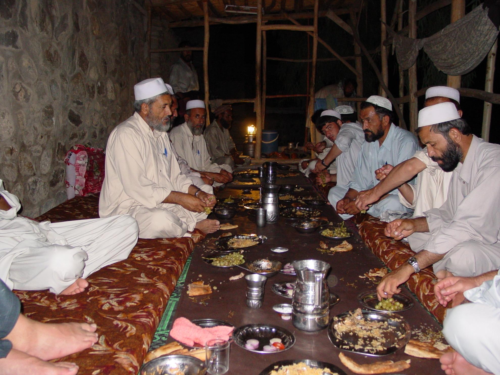 Her kan i se hvordan man spiser i Afghanistan. Foto: Jens Kjær Jensen, 2003