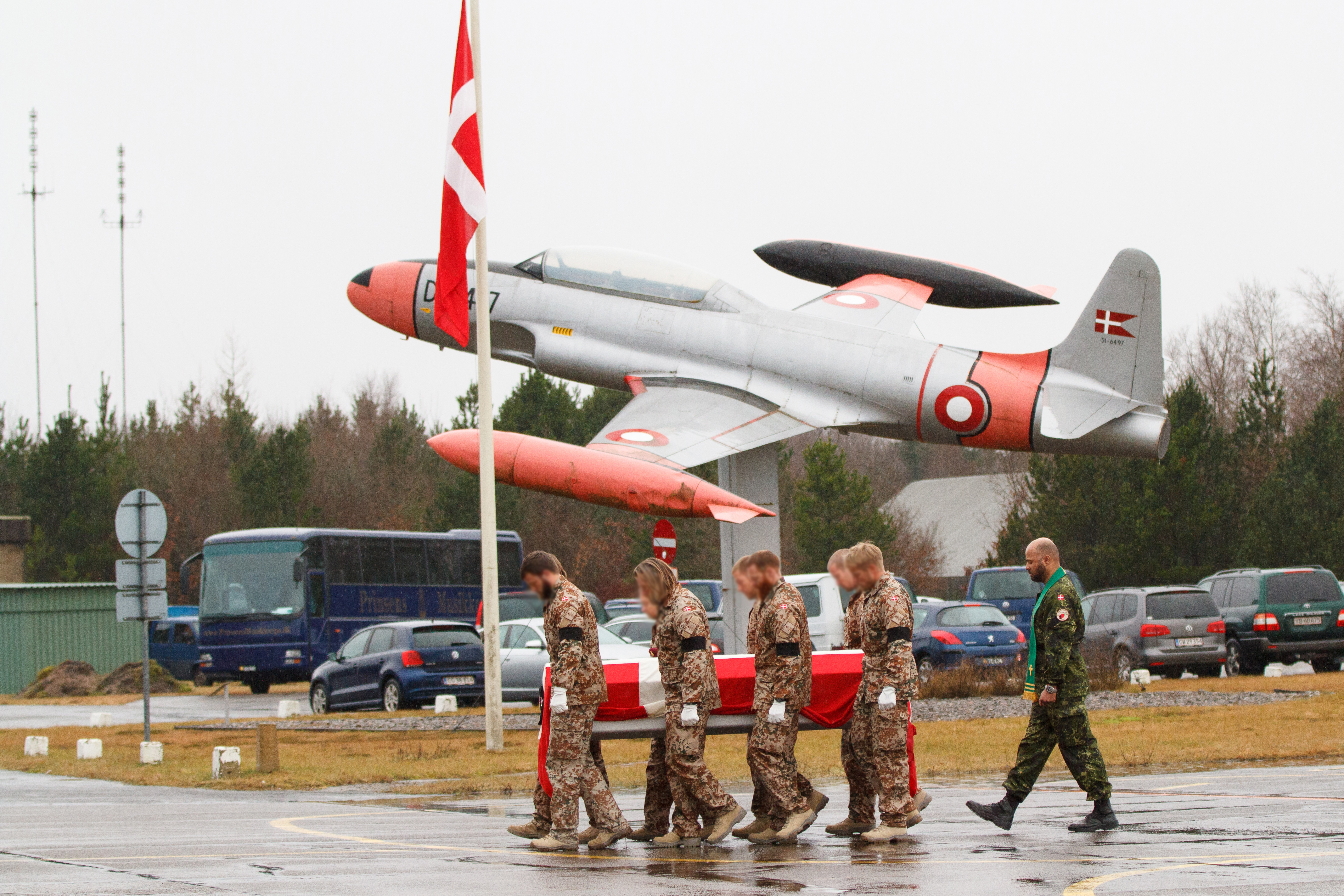 A special forces soldier killed in the Helmand Province is brought back to Denmark. Photo: HOK/Heri Hammer Niclasen