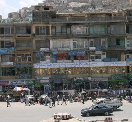 Hadi sælger sine kort i Kabuls travle gader