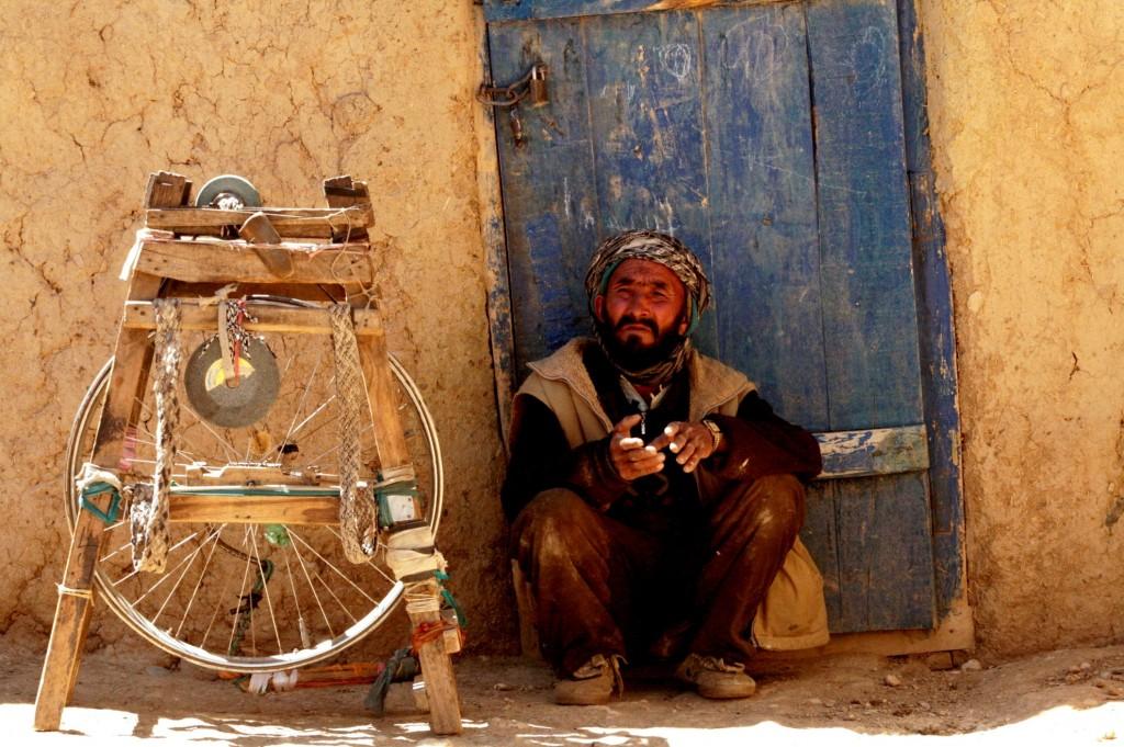 Baba Zahir foran sit hus med sin hjemmelavede knivsliber