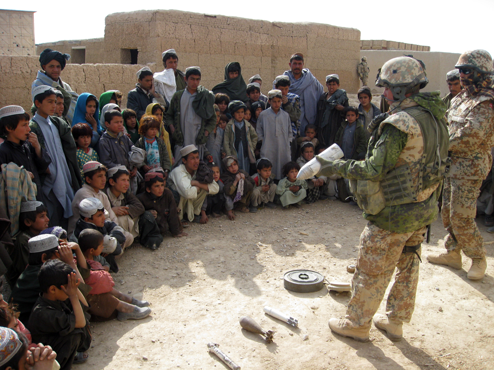 A Danish military officer teaches the locals how to react if they come across land mines or unexploded ammunition. Photo: HOK, 2008