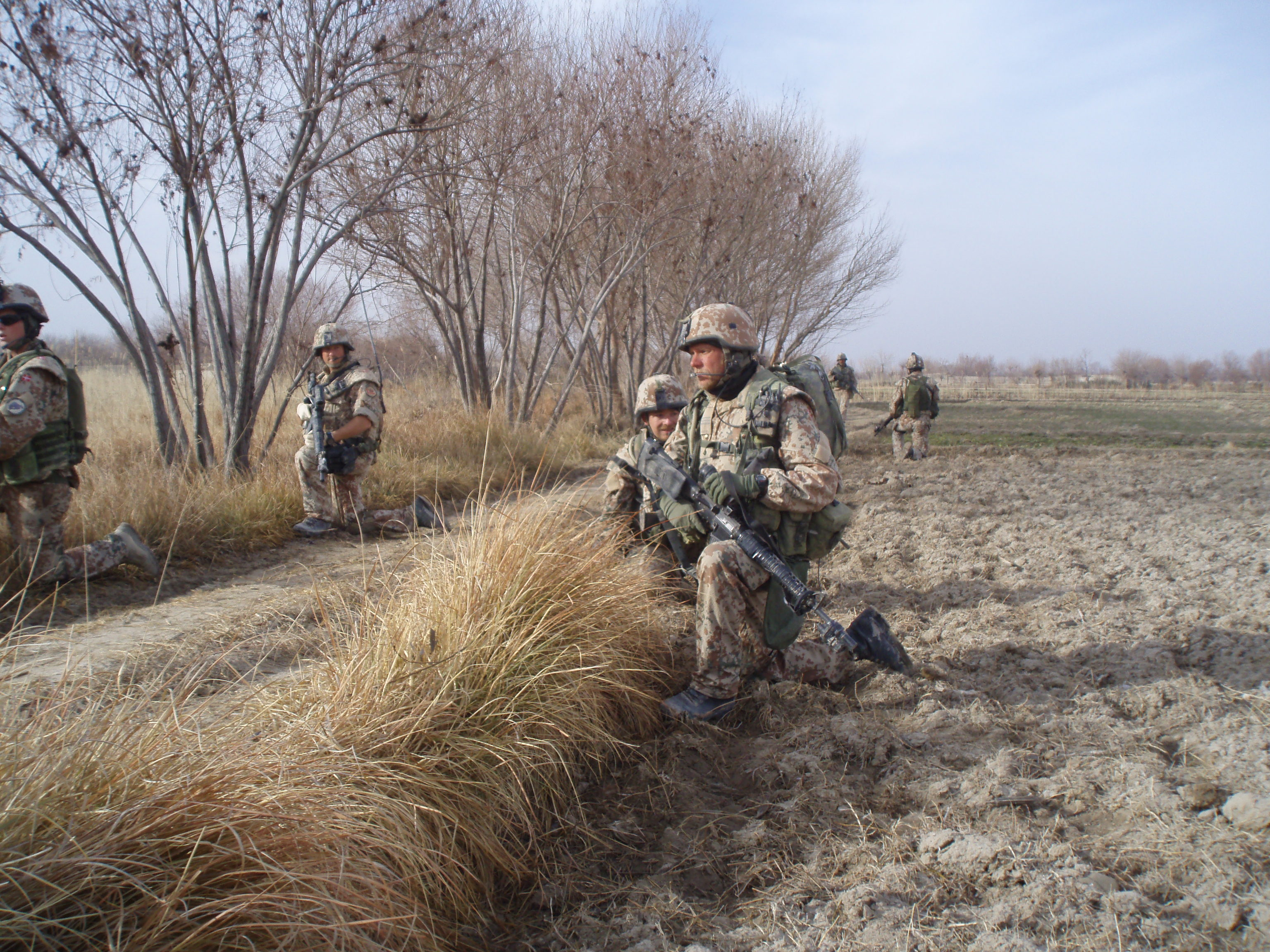 On patrol alongside a field in the Green Zone – springtime is coming. Note that the soldiers wear headsets through which they can communicate with each other and their superiors. Photo: HOK, 2008
