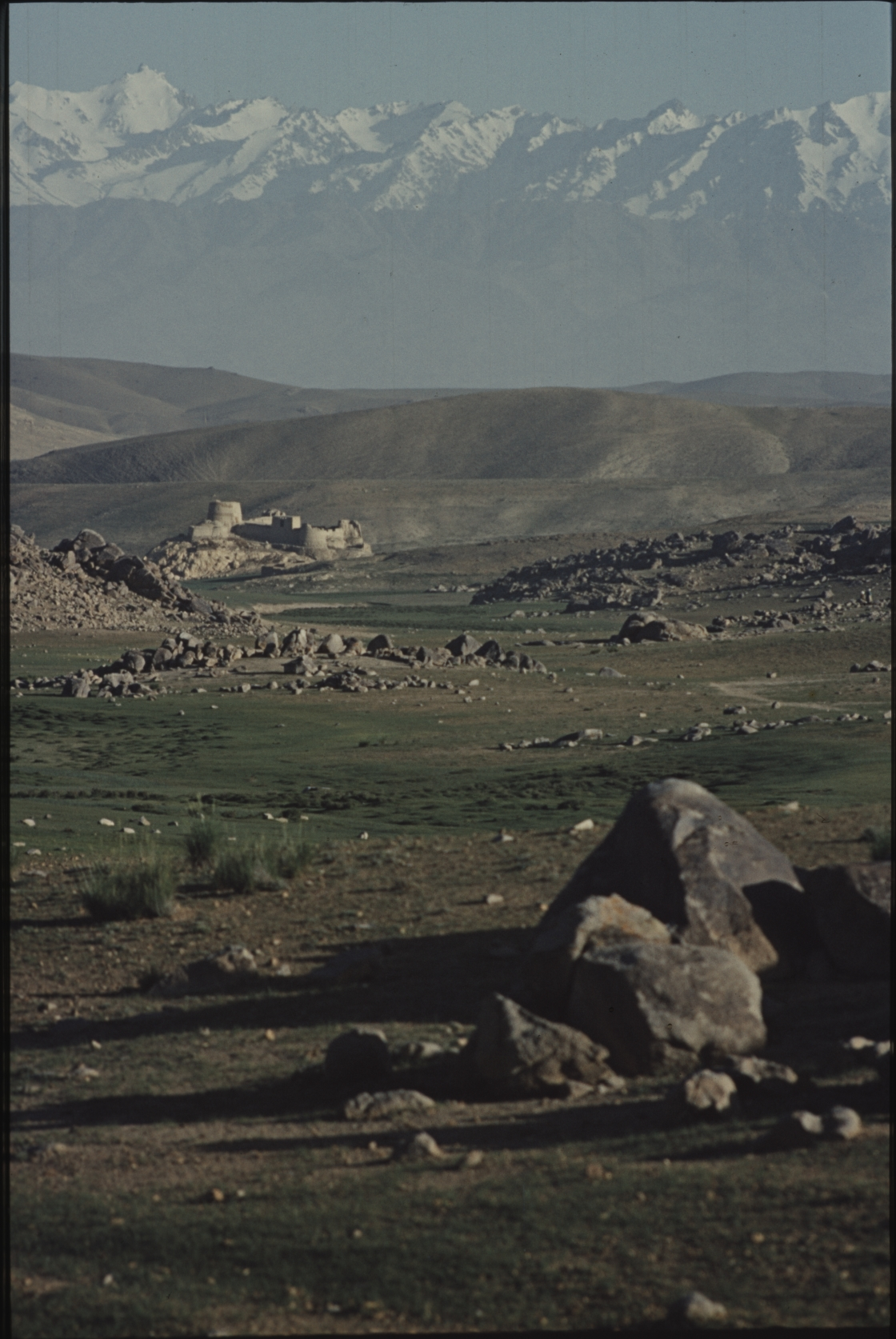 Travelling through the highlands, the nomads pass an old fortress. Photo: Jean Bourgeois, 1968
