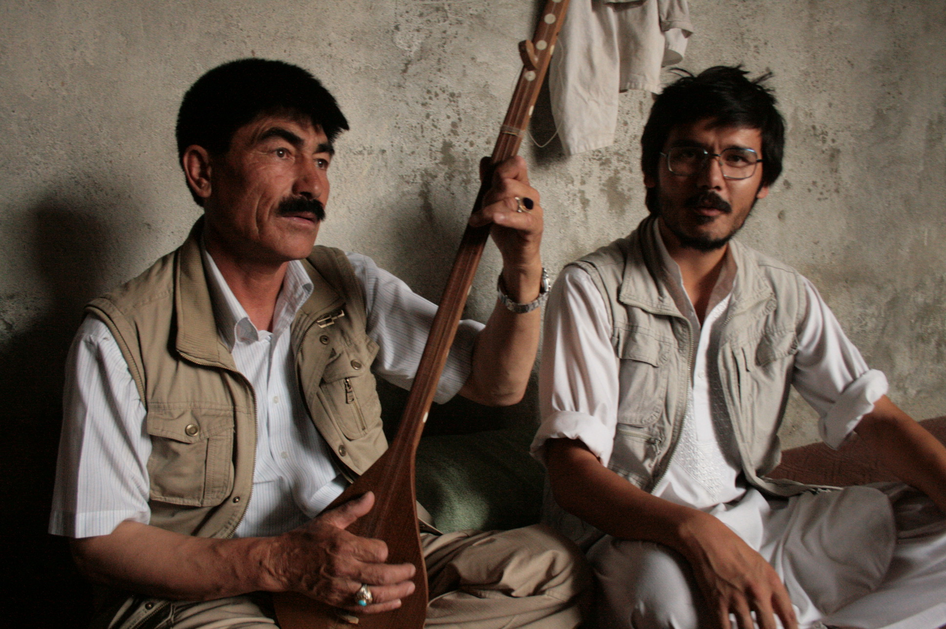 Mir Chaman Sultani with his dambora. To the right Tahir Bakhtiary from Moesgaard Museum. Photo: Tahir Bakhtiary, 2013