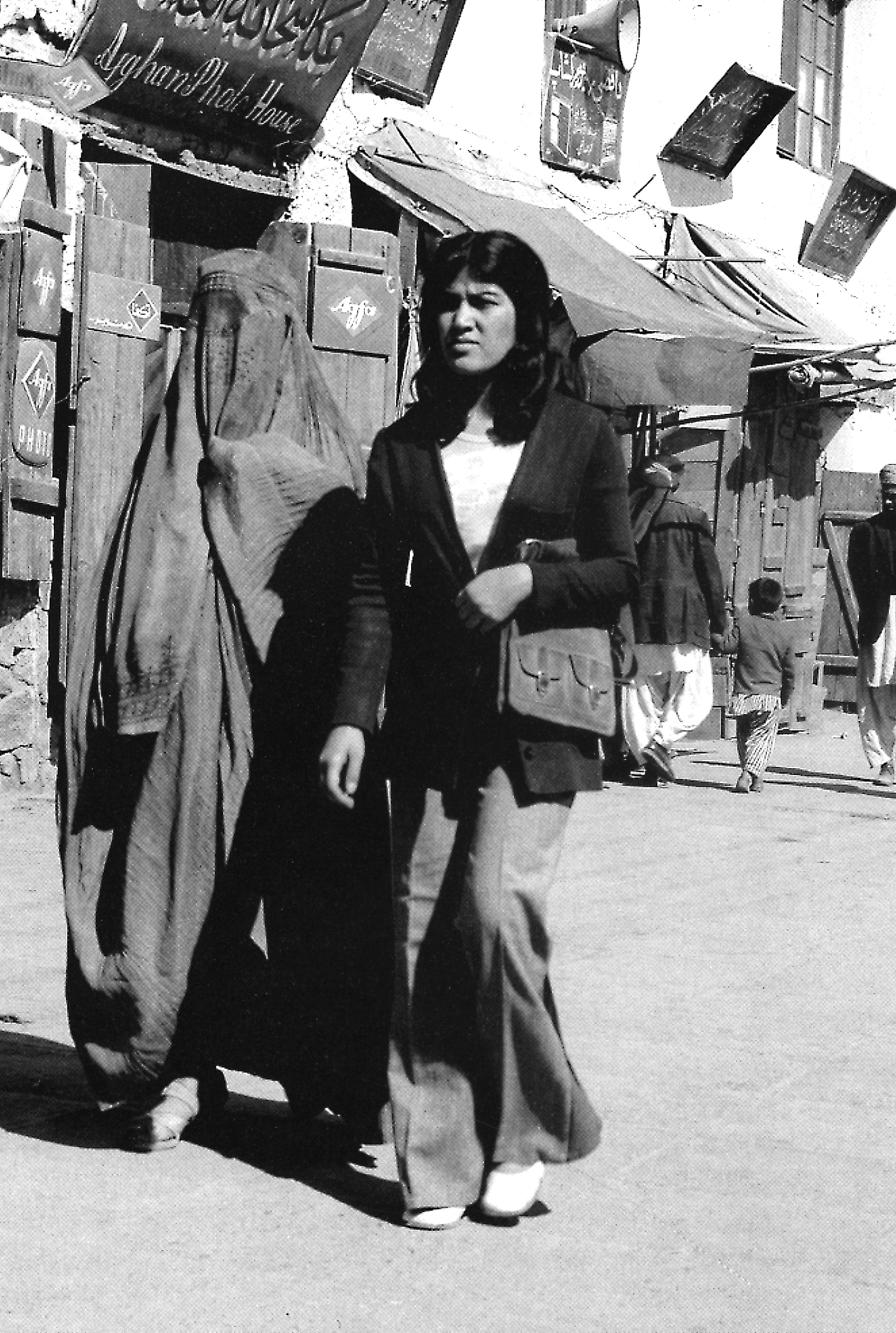 I 1970'erne blev det stadig mere almindeligt for yngre, uddannede kvinder at klæde sig vestligt uden slør og hovedtørklæde. Foto: Moesgård Museum
