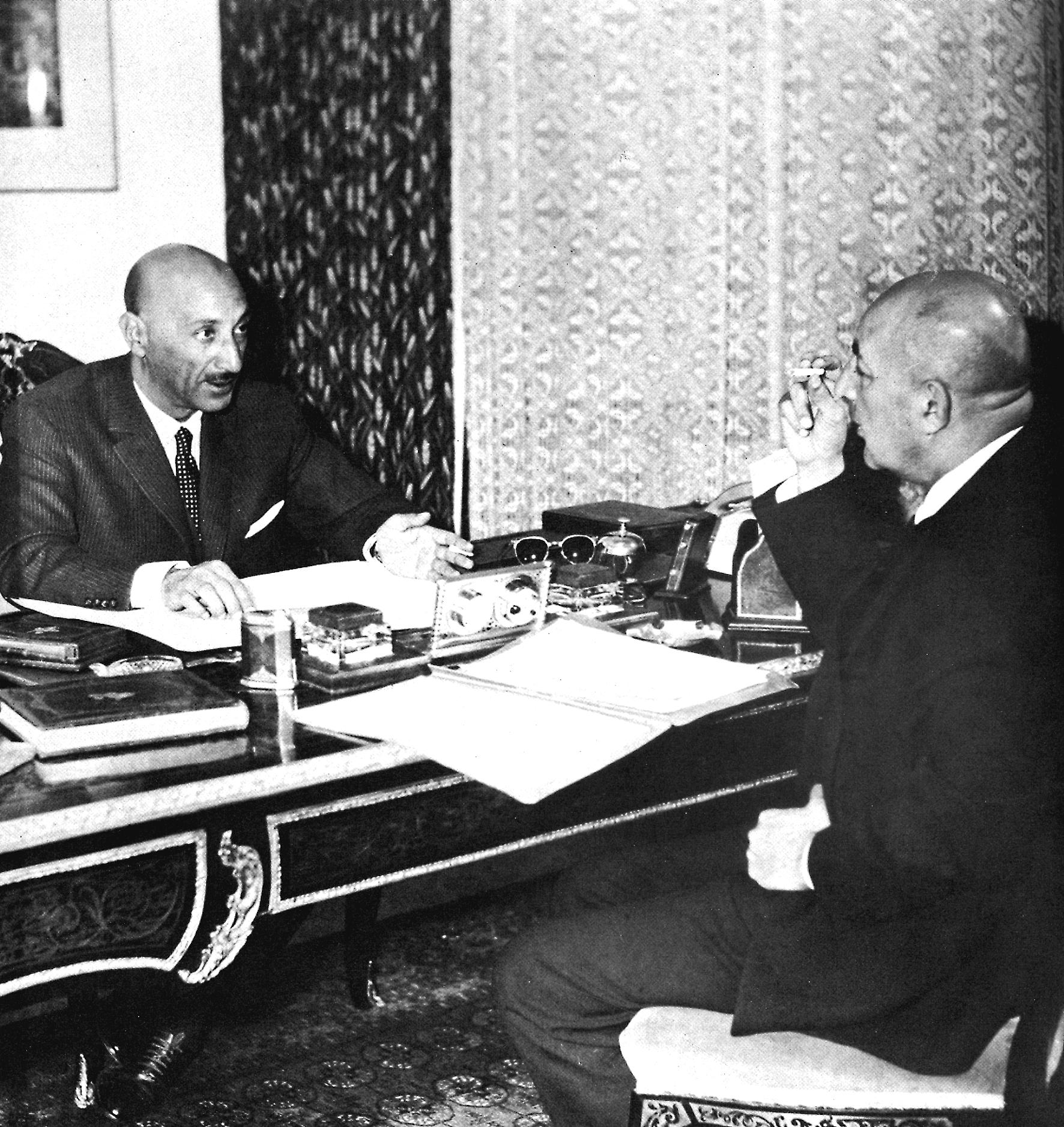 Kong Zahir Shah (t.v.) drøfter statsanliggender med sin premierminister, fætter og svigersøn, prins Daoud. Billedet er fra slutningen af 1950'erne, før Daoud blev afskediget i 1963. I 1973 tog Daoud magten, mens kongen var på ferie i Rom, og udråbte sig selv til præsident for Afghanistan.