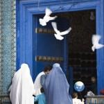 Women and children entering the Blue Mosque in Mazar-I-Sharif. Photo: Lars Schmidt, 2010-'13