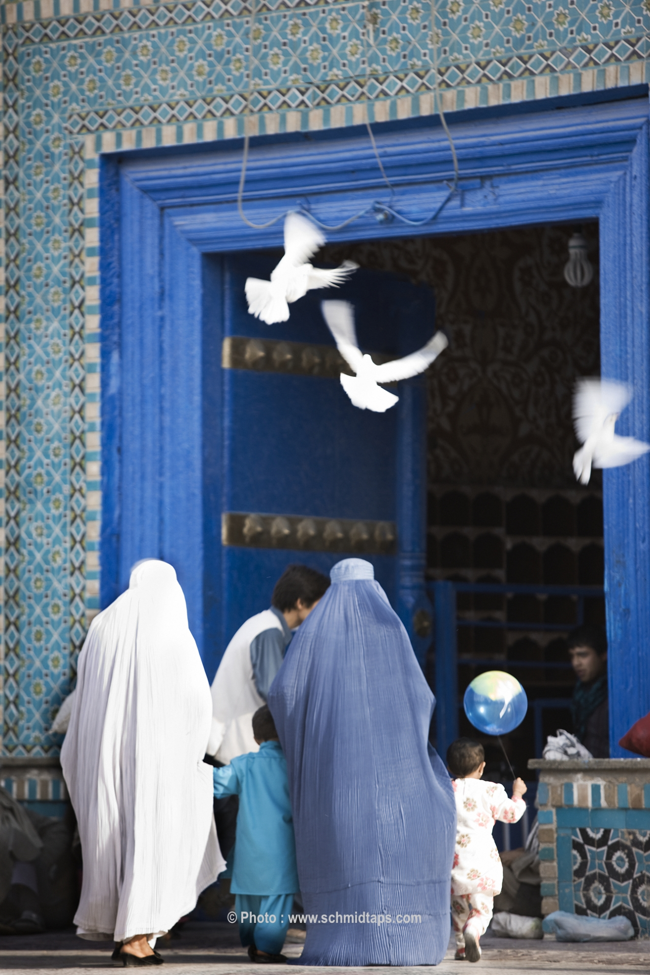 Women and children entering the Blue Mosque in Mazar-I-Sharif. Photo: Lars Schmidt, 2010-'13