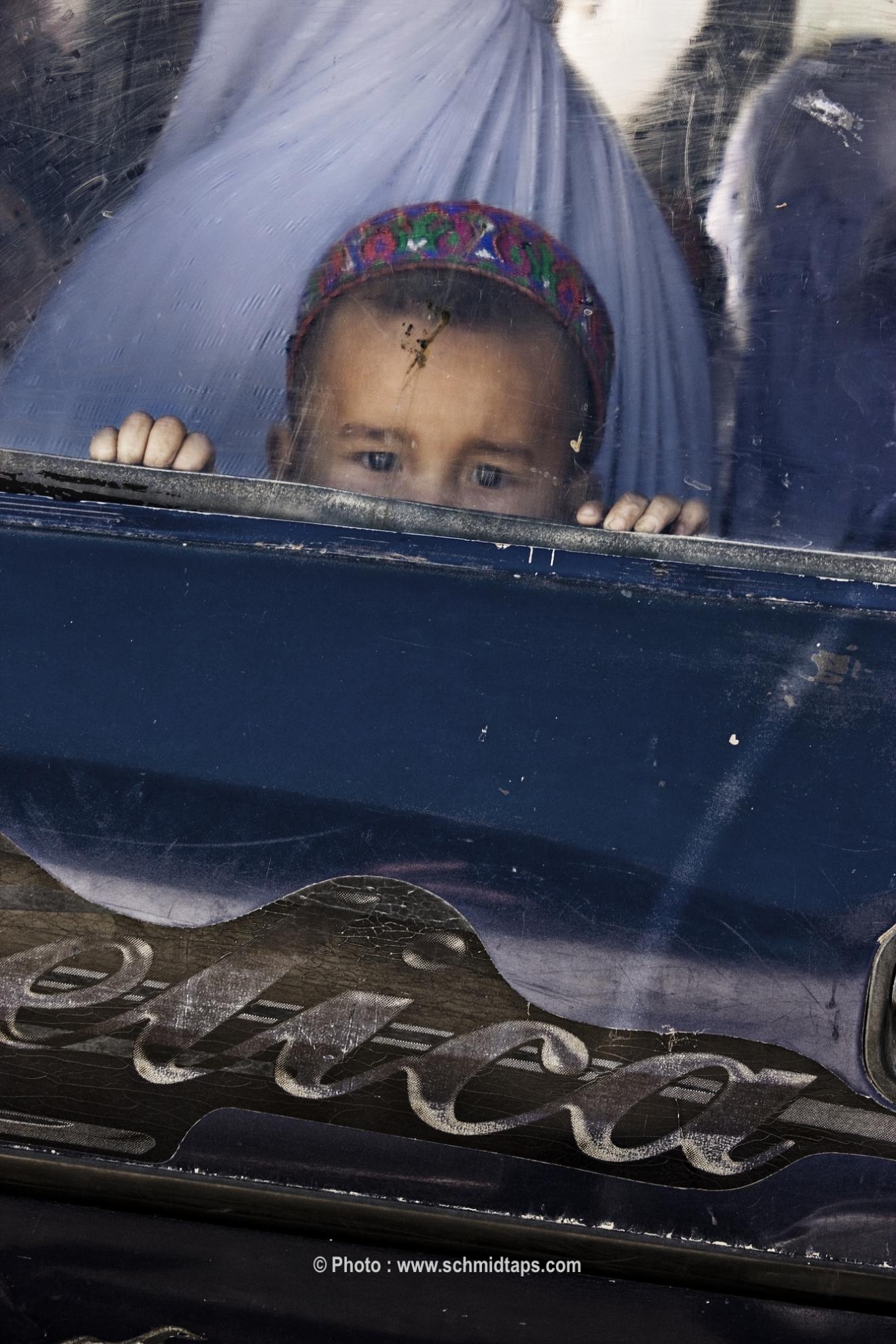 A little boy peeking out a car window. Photo: Lars Schmidt, 2010-'13