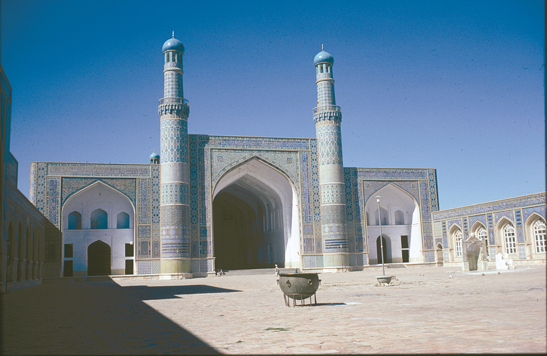 The Masjid-i-Jami mosque in Herat. The vaulted entrance and the colourful mosaics are characteristic of Timurid architechture. Photo: Moesgaard Museum