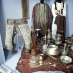 The trousers to the left were used by Afghan wrestlers. The clubs in the back were used in a particular kind of dance, which was the bodybuilding of the past. Photo: Moesgaard Museum