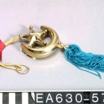 This amulet contains no Quranic verses, but the crescent and the star are symbols of Islam.