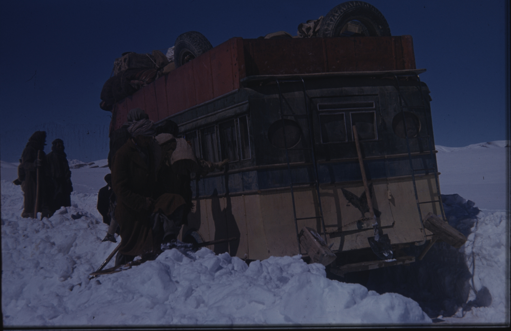 The members of the expedition faced great challenges in terms of transportation. Sometimes there was nothing else to do than to start shovelling. The Henning Haslund-Christensen Memorial Expedition, 1953-'55. Photo: the Moesgaard Museum archives