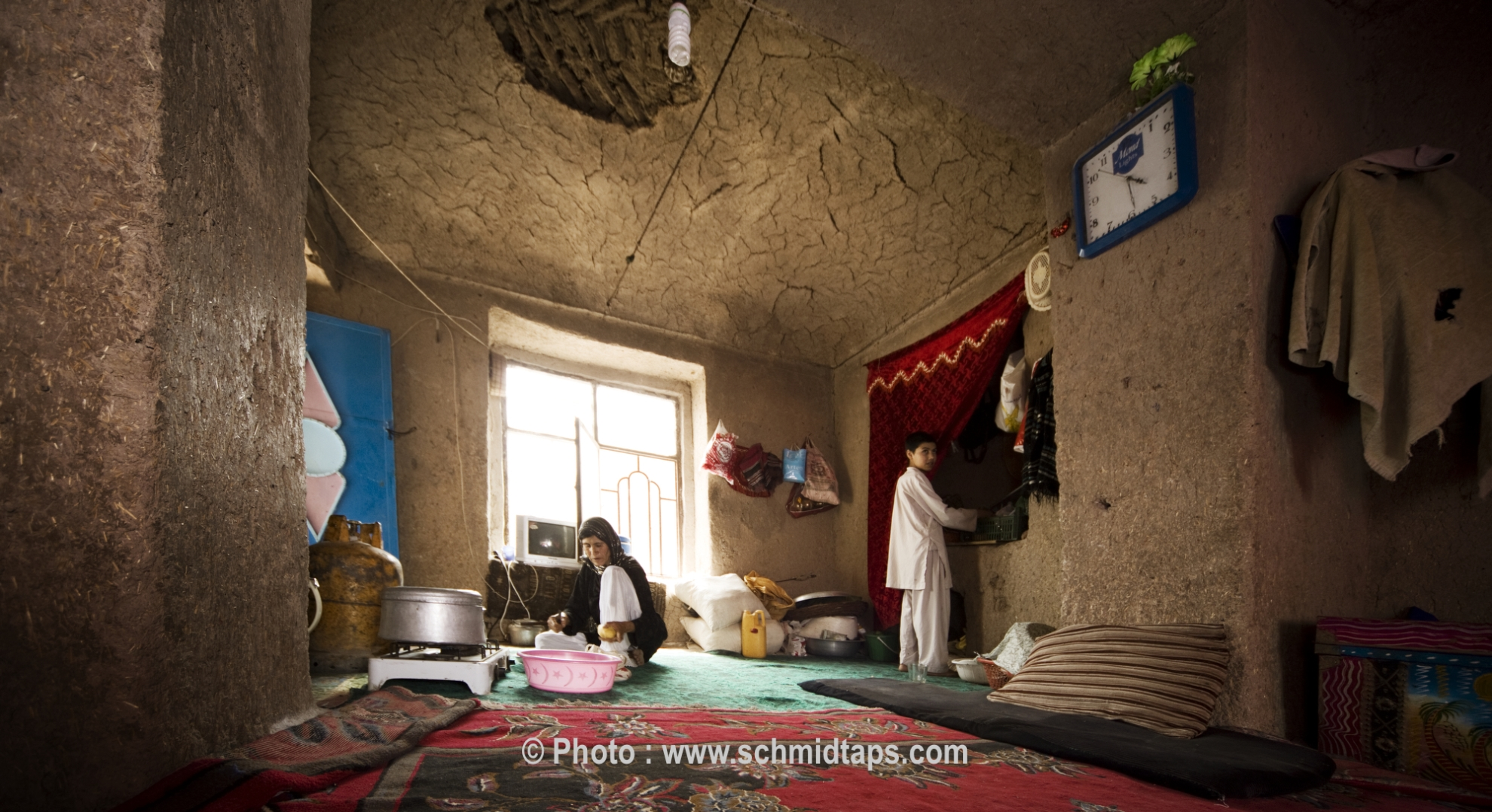 A typical Afghan home with mud walls. There is no furniture in the room – instead people sit on mattresses. Photo: Lars Schmidt, 2010-'13