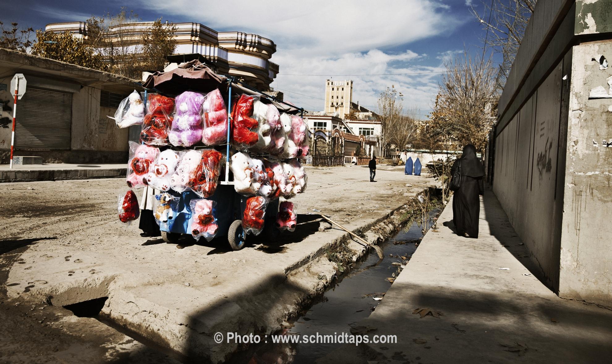 Teddy bears for sale. Photo: Lars Schmidt, 2010-'13